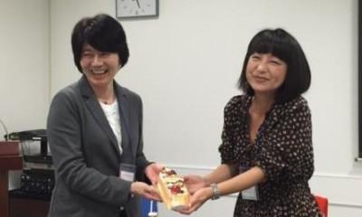 ケーキを持つ黒田さんと原田さん